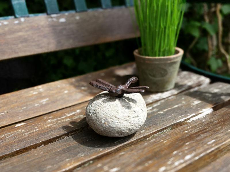 Tierfigur auf Stein - Libelle