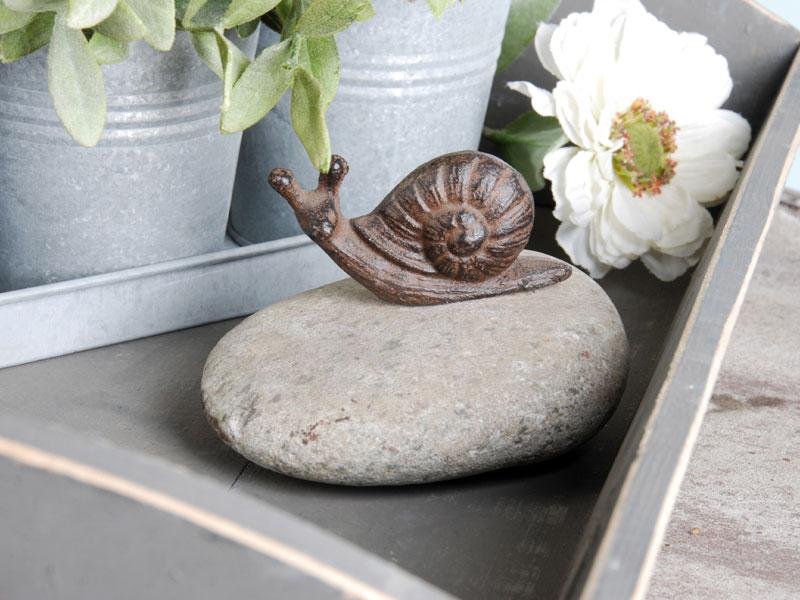 Tierfigur auf Stein - Schnecke