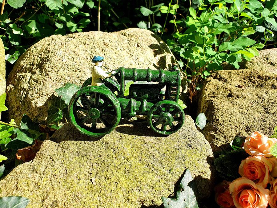 Kleiner Modell Traktor Gusseisen grün mit drehbaren Rädern