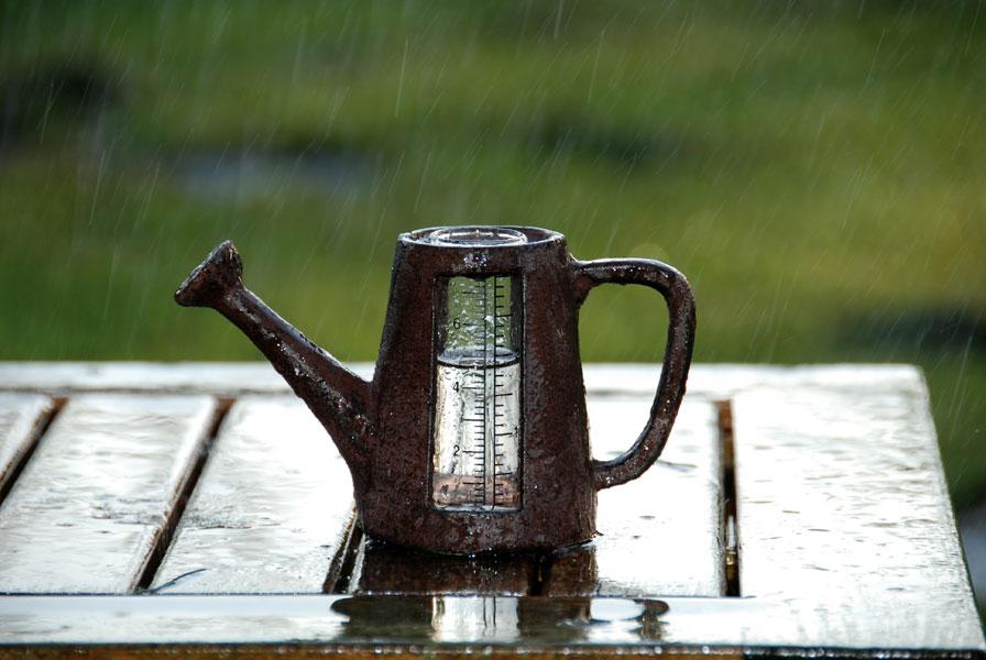 """Kleiner Tisch-Regenmesser """"Kanne"""" Gusseisen"""