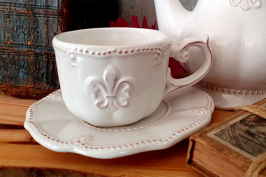 "Kaffeetasse mit Untertasse ""Fleur de Lis"" weiße Keramik"