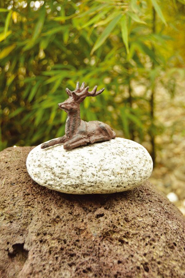 Tierfigur auf Stein  - Liegender Hirsch