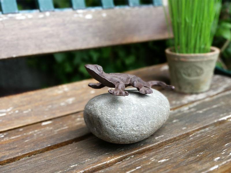 Tierfigur auf Stein - Gecko